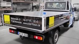 pixelclinic-Fahrzeugbeschriftung-Transporter-Pritsche-Alutafel-Schief-Bau-Winnenden