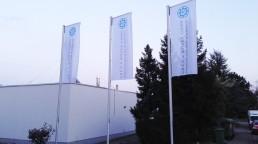 pixelclinic-Aussenwerbung-Montage-Fahne-Werbefahne-Gruen-und-Koeder-Stuttgart