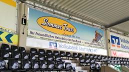 pixelclinic-Aussenwerbung-Montage-Beschriftung-Werbebanner-XXL-Banner-Reisebuero-Sommer-Tours-Backnang-Comtech-Mechatronik-Arena-Aspach