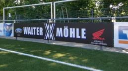 pixelclinic-Aussenwerbung-Montage-Beschriftung-Werbetafel-Sportplatz-Bandenwerbung-Digitaldruck-Autohaus-Moehle-SPVGG-Aspach