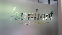 pixelclinic-Montage-Aussenwerbung-Beschriftung-Werbetafel-Glasdekor-Profilbuchstaben-Hanhart-Museum-Guetenbach-MuellerKaelber-Aspach-5